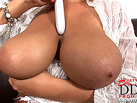 Jannete plays with tits & toy
